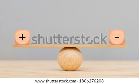 plus and minus in balance Foto stock ©