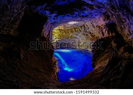 Poco Encantado, blue lagoon with sunrays inside a cavern in the Chapada Diamantina, Andarai, Bahia, Brazil, South America Foto stock ©