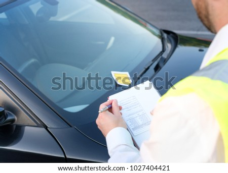 Police officer giving a ticket fine for parking violation Photo stock ©