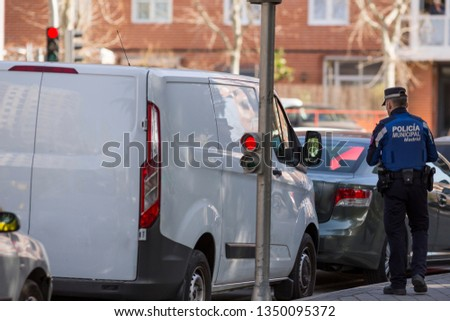 Police sanction a van driver in downtown Madrid, Spain. Foto stock ©