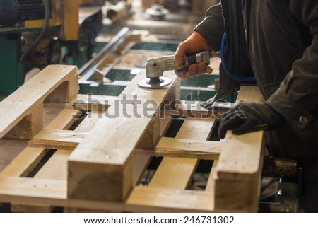 Polishing of wooden pallet on a production line