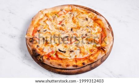 Pollo funghi pizza isolated on white Foto d'archivio ©