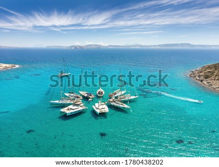 Polyaigos Island is a top Sailing destination in Cyclades Greece. Aerial View of private boats in star formation. Polyaegus, east of Milos and Kimolosl, largest uninhabited island. Foto d'archivio ©