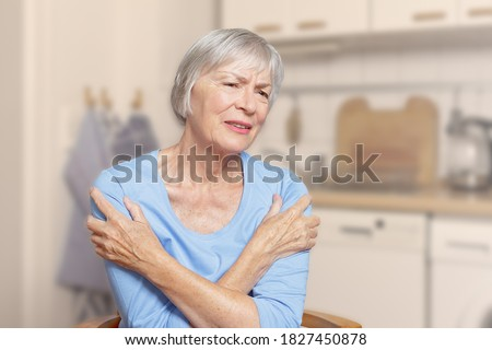 Polymyalgia rheumatica: old woman suffering from acute pain in her upper arms, filter effect. Foto stock ©