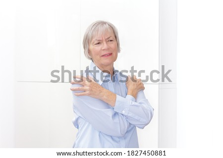 Polymyalgia rheumatica: senior woman suffering from acute pain in her upper arms. Foto stock ©