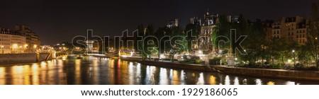 Pont d'Arcole, Hotel de Ville, Quai de l'Hotel de ville, Quai aux Fleurs and Parc des Rives de Seine at night. Paris. France Photo stock ©
