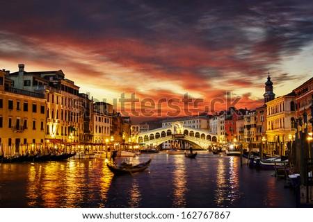 Ponte Rialto and gondola at sunset in Venice, Italy Foto stock ©
