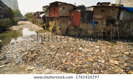 Poor and impoverished slums of Dharavi in the city of Mumbai. Foto stock ©