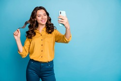 Poortrait of her she nice attractive charming pretty cheerful cheery wavy-haired lady taking making selfie isolated over bight vivid shine vibrant green blue turquoise color background
