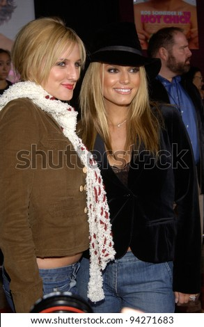 Pop star JESSICA SIMPSON (right) & actress sister ASHLEE SIMPSON at the Los Angeles premiere of Ashlee's new movie The Hot Chick. 02DEC2002.   Paul Smith / Featureflash