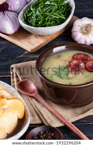 Popular dish of Portuguese cuisine called Caldo Verde. Made with potatoes, bacon, pepperoni sausage and kale Foto stock ©