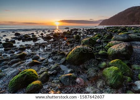 poranek nad morzem, słońce i chmury Zdjęcia stock ©