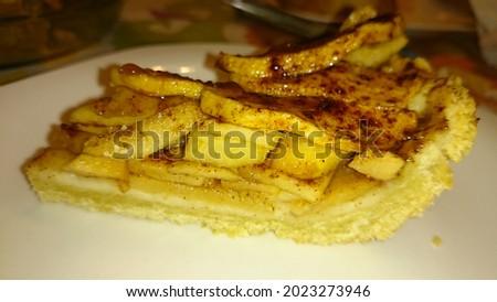 Porción de tarta de manzana casera con azúcar moreno, canela y deliciosa masa quebrada, todo muy saludable pues las manzanas se recolectan para realizar este postre delicioso de la cocina española Foto stock ©