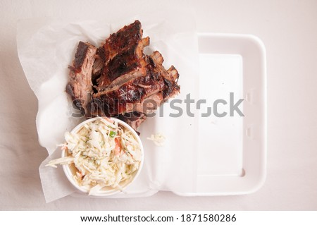 pork ribs take away meal with cole slaw and sauce, food truck style Photo stock ©