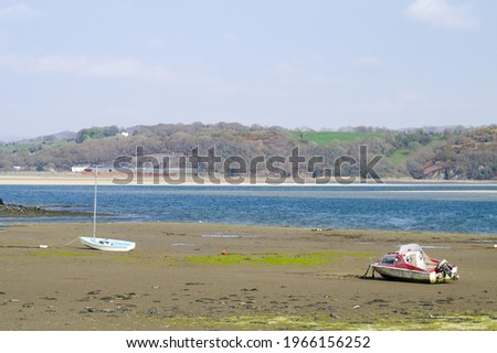 Porthmadog north Wales. Borth y Gest bay. Beautiful seaside landscape.  Summer scene with broad sandy beach and view to distant hills. Clear blue sky. Copy space. Small boats on the sand flats.  Zdjęcia stock ©