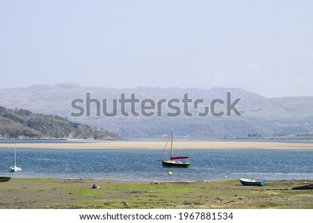 Porthmadog north Wales. Borth y Gest bay. Lovely seaside landscape view.  Summer scene with broad sandy beach and view to Snowdonia. Clear blue sky. Copy space. Small boats, sand flats.  Zdjęcia stock ©