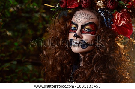 Portrait of a beautiful and scary Calavera Catrina in black dress and black hat with a veil over dark background. Sugar skull makeup. Dia de los muertos. Day of The Dead. Halloween. Foto d'archivio ©
