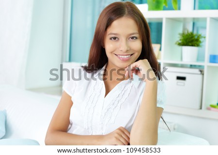 Portrait of a smiling woman looking at camera