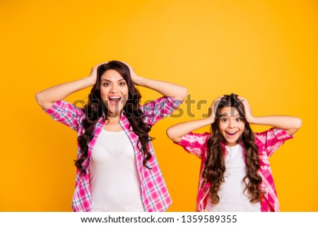 Portrait of charming hispanic mom little kid pink clothing astonished sales discount news impressed isolated satisfied rejoice scream shout touch head hairstyle hairdo vibrant background