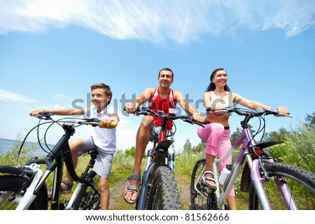 Portrait of sportive family sitting on mountain bikes