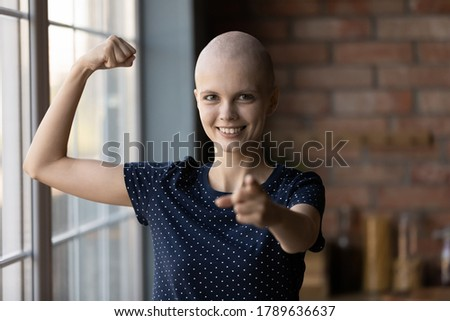Portrait of young sick hairless woman struggle with cancer show strength power beating disease, happy ill female patient point at screen, feel optimistic strong battling oncology, healthcare concept Foto stock ©