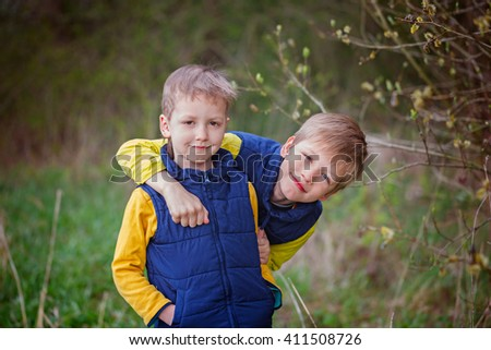 Portrait Two little sibling boys hugging and having fun outdoors n the warm spring day. Foto stock ©