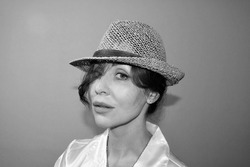 Portreit of a woman in hat black and white