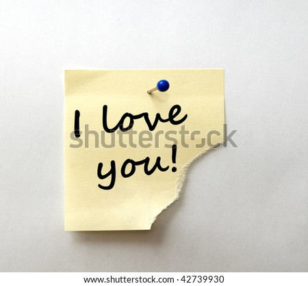 Post-it with message: I love you! Black font.