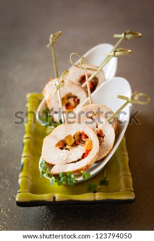 Poultry roulade filled with pumpkin and red pepper