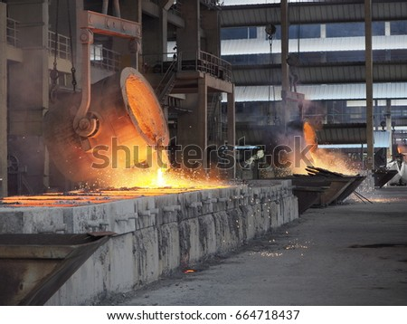 Pouring Hot Ferro-silicon for ingot shape ,then cooled and crushed into pieces of variable size  Foto stock ©