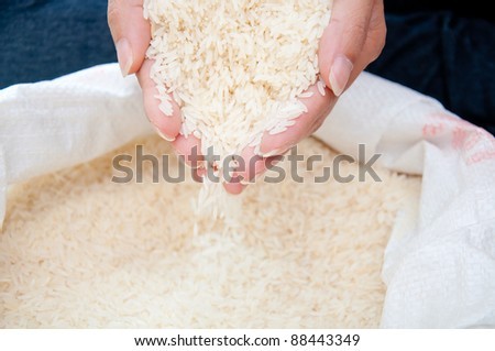 pouring raw rice from hand