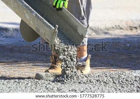 pouring wet concrete while paving a driveway Photo stock ©