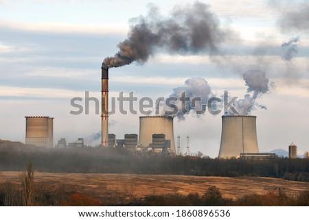 Power plant emiting dark thick smoke and steam. Matrai eromu, Mátrai Erőmű, Visonta, Hungary Foto stock ©