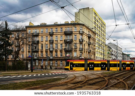 Praga Północ, Warsaw, Poland. Tram track with a running tram. Old buildings in this part of Warsaw in the background. Dramatic sky, a day in March. Zdjęcia stock ©