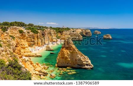Praia da Marinha, beautiful beach Marinha in Algarve, Portugal. Navy Beach (Praia da Marinha), one of the most famous beaches of Portugal, located on the Atlantic coast in Lagoa Municipality, Algarve. Foto stock ©