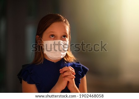 Pray for coronavirus victim. Child in face mask praying for sick. Patient in hospital chapel or church during Covid-19 outbreak. Virus pandemic. People worship. Kid saying a prayer. Foto stock ©