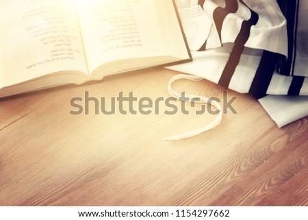 Prayer Shawl - Tallit and Prayer book jewish religious symbols. Rosh hashanah (jewish New Year holiday), Shabbat and Yom kippur concept Foto d'archivio ©
