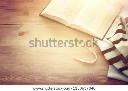 Prayer Shawl - Tallit and Prayer book jewish religious symbols. Rosh hashanah (jewish New Year holiday), Shabbat and Yom kippur concept Stockfoto ©