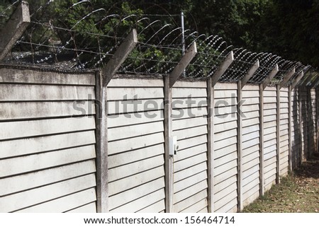 Precast concrete wall with razor sharp security wire protecting property