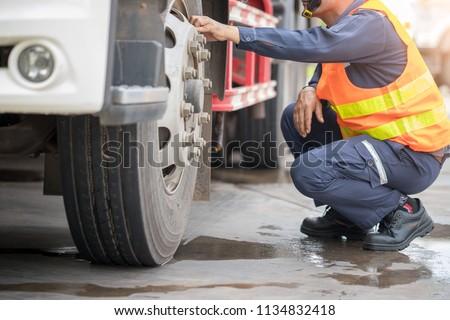 Preforming a pre-trip inspection on a truck,preventive maintenance. Imagine de stoc ©