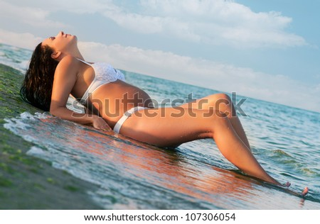 Pregnant woman resting at the seaside