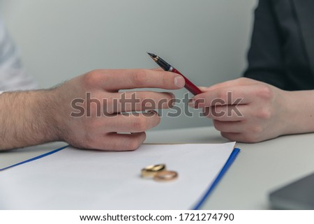 Prenuptial agreement concept. Man and woman signing notary document together. Foto stock ©