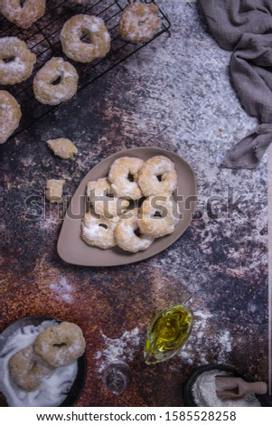 Preparation of some pastries with some over an oven rack, others in a dish with sugar
