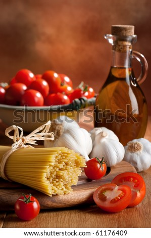 Preparation of spaghetti pasta with tomatoes, garlic and olive oil
