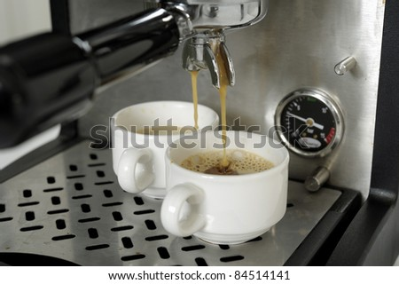 Preparing espressos with a expresso machine