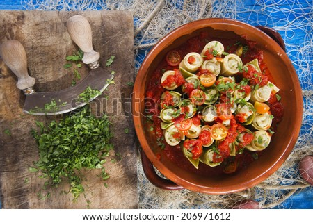 Presentation of a plate of rolls with crab meat