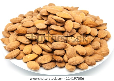 presentation of almonds peeled on a plate
