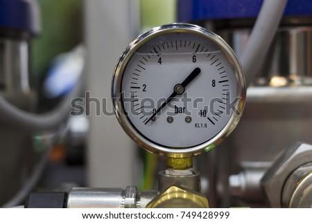 Pressure gage oil pressure gage ; selective focus