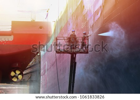 pressure washer cleaning ship on crane Trucks have sherry piker, the success of the work in factory