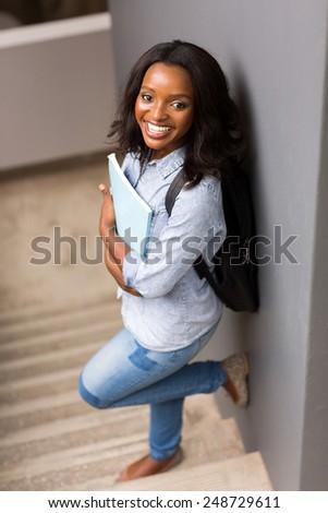 suesse-schwarze-college-girls-maedchen-pisst-in-der-natur